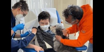 bambino-si-sottopone-al-vaccino-per-covid-19-con-cane-affianco