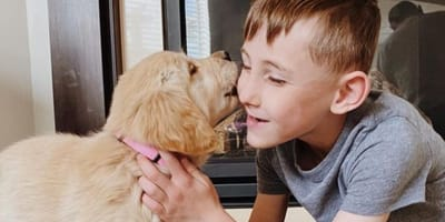 Behinderter Junge adoptiert besonderes Hundebaby: Ihre Geschichte sorgt für Gänsehaut!