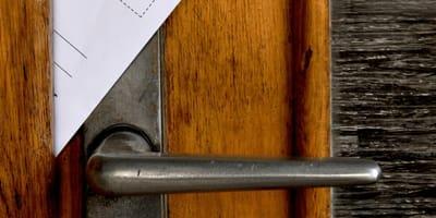 Paketbote nähert sich Tür: Die Nachricht verschlägt ihm die Sprache