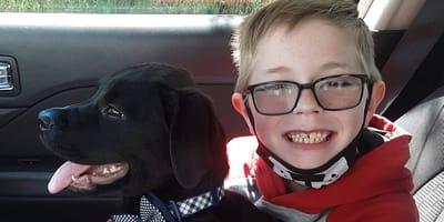 Herzzerreißend: Für schwer kranken Welpen OPFERT dieser Junge sein allerliebstes Hobby