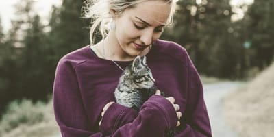 mujer rubia y gato