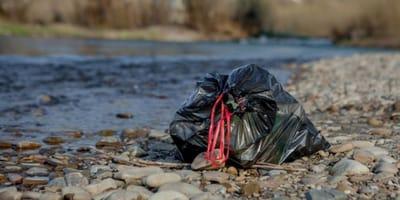 bolsa de basura tirada en el rio