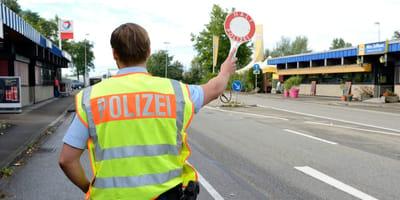 Polizist mit Warnweste und Kelle
