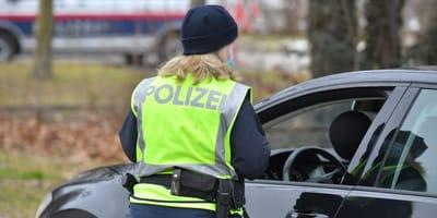 policia de aduanas en un control