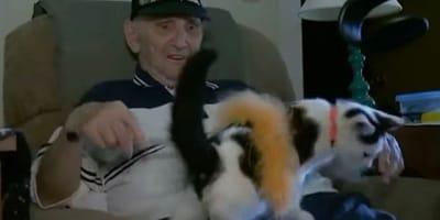 jubilado con su gato en su regazo
