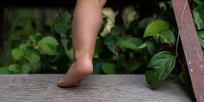 noga dziecka na drabinie