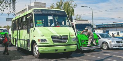 Chofer ve un perrito en plena calle: lo que hace deja sin voz a los pasajeros