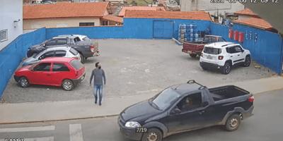 hombre calle camioneta