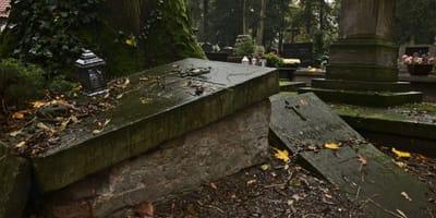Auf dem Friedhof: Er hört ein Geräusch aus einem Grab und ruft nach Hilfe!