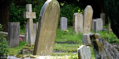 Stare kamienne nagrobki na cmentarzu.