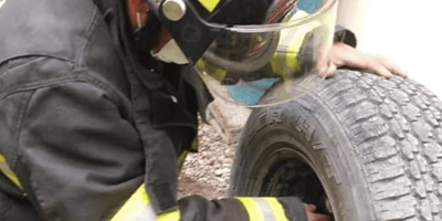 bombero sosteniendo una llanta