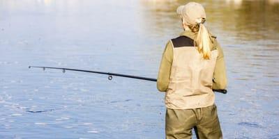 Mentre pesca li vede scendere dal camion e fare una cosa agghiacciante