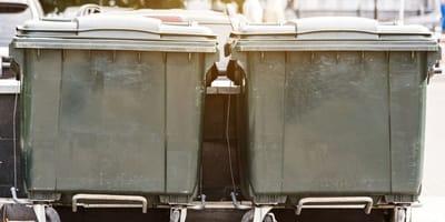 Scatolone lasciato vicino ai rifiuti: agghiaccianti le scritte sopra