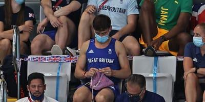 Tom Daley rivela il suo lavoro a maglia sugli spalti olimpici (Video)