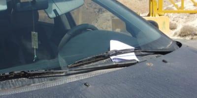 Autofahrer findet herzzerreißende Nachricht an Windschutzscheibe