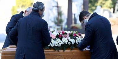 Opiekun psa umiera: żałobnicy nigdy nie zapomną tego, co się wydarzyło podczas drogi na cmentarz