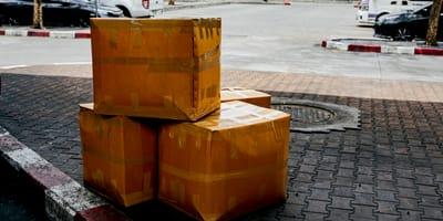 Verdächtiges Paket auf der Straße: Inhalt macht alle fassungslos!