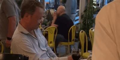 Durante una cena romantica, un uomo attira l'attenzione di tutti (Video)