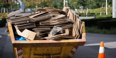 Sente delle grida tra i rifiuti: si avvicina e chiede aiuto
