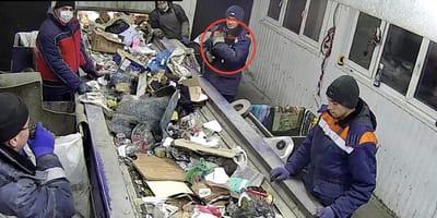 Trabajador nota algo raro dentro de una bolsa de basura en una planta de reciclaje rusa