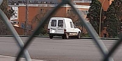 Przechodzień słyszy jęki dochodzące z porzuconej furgonetki. Kiedy zagląda do środka, jest przerażony