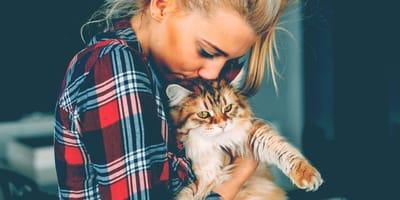 Donna che stringe forte a sé un gatto