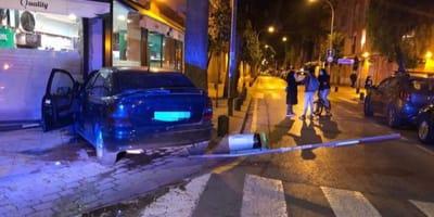 coche detenido en medio de la calle