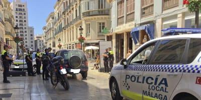 La policía para en plena calle de Málaga para proteger a alguien que todos repudiaban