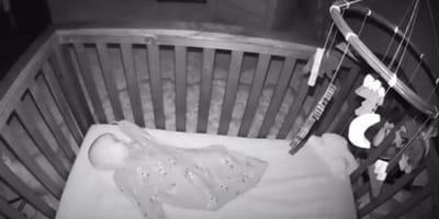 bebe vigilado por una camara de vigilancia