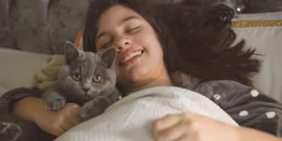 Mi gato tiene pulgas y duerme conmigo, ¿se me pueden pegar?