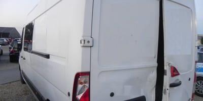 Sobota w parku rozrywki: w zaparkowanej obok furgonetce rozgrywa się dramat