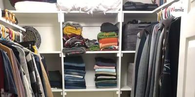 Katze versteckt sich im Kleiderschrank: Fast niemand sieht sie