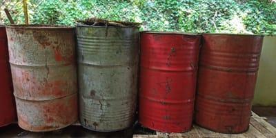 Fässer auf Mülldeponie