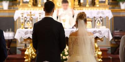 Goście nie wierzą własnym oczom, kiedy widzą, kto niesie obrączki na ślubie przyjaciół!
