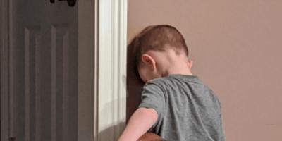 Chłopiec wysłany za karę do kąta, ale reakcja psa odbiera rodzicom mowę