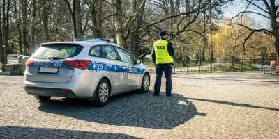 Policjanci słyszą dobiegający z krzaków pisk – i przychodzą z pomocą w ostatniej chwili!