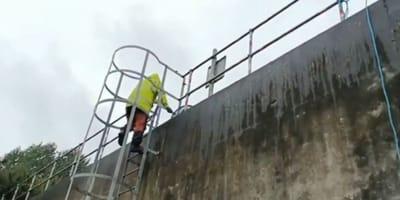 Pracownicy fabryki widzą w zbiorniku wodnym coś, co sprawia, że łzy stają im w oczach (VIDEO)