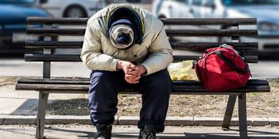 Verwarde man loopt met bewegende tas door Amsterdam: politie gaat over tot actie
