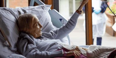 Personel zabiera pacjentkę na dziedziniec hospicjum: to, co na nią czeka wyciska wszystkim łzy