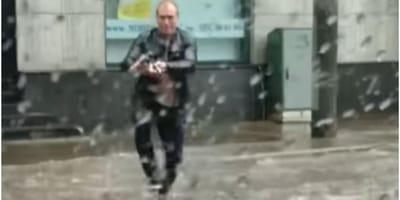 Vede una creatura circondata dall'acqua, l'aiuta e diventa un eroe (Video)