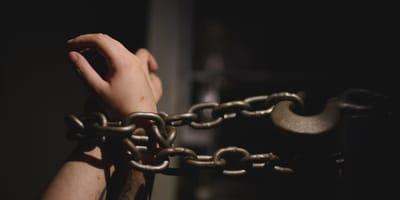 Un degenerado lo ata con una cadena de hierro en Málaga para que no se mueva, pero el plan se le tuerce
