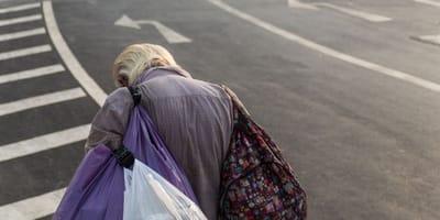 Uomo in stato confusionale con borse che si muovono: interviene la polizia
