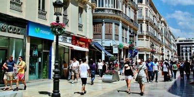 Nadie se fijó en él por estar tirado en las calles de Málaga: un día, alguien logra verlo