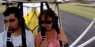 El avión está en pleno vuelo cuando ven un bultito peludo en una de las alas